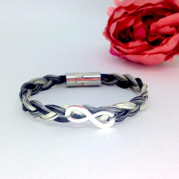 bracelet crin cheval avec signe infini posé sur une tresse simple